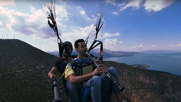 Klarnet ustası genç müzisyen Hulusi Ünseren, binlerce metre yükseklikte klarnet resitali verdi.